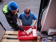 Potravinová banka shromažďuje a poskytuje potřebným jídlo, které by se jinak vyhodilo.