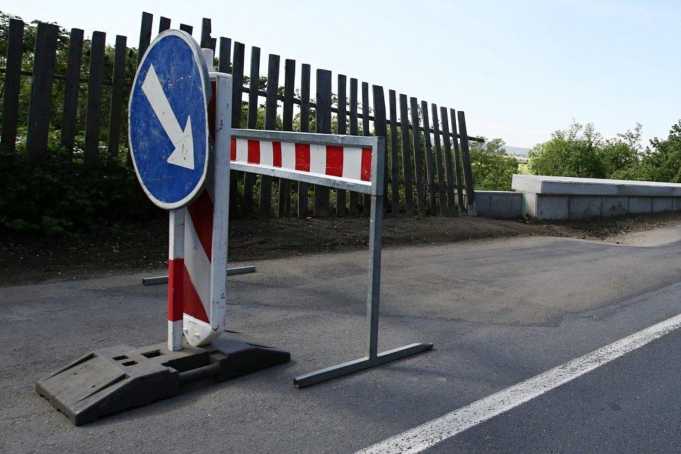 Propadlá silnice mezi Litoměřicemi a Žalhosticemi
