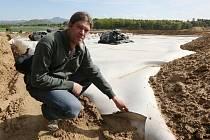Vedoucí odboru životního prostředí Městského úřadu v Lovosicích Vojtěch Hamerník věří, že rekultivace skládky komunálního odpadu v Travčicích bude hotová v termínu. Na snímku ukazuje uložení krycích fólií na jejím povrchu.