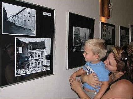 V prostorách restaurace jsou působivé fotografie, návštěvníci výstavy zde vzpomínají na místa, která v současnosti vypadají úplně jinak.