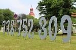 Interaktivní a nevšední sochařské dílo v podobě telefonního čísla čeká u roudnické galerie.