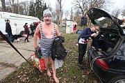 Do Ohře opět na Nový rok skočili otužilci v Libochovicích
