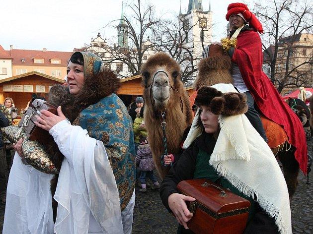 Návštěvníci sobotních adventních trhů na litoměřickém Mírovém náměstí viděli průvod do Betléma