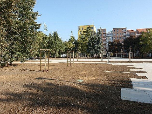 LOVOSICKÝ PARK SOUČASNOSTI. Revitalizace centra města je v plném proudu, momentálně probíhá 2. etapa rekonstrukce parku pod názvem Zelené náměstí - místo setkávání.