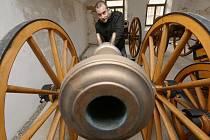 Terezín má nové exponáty. Šest kanonů, které nám představil Jiří Hofman, vyrobila  pro pevnost podle skutečného plánu z konce 18. století dílna ve Viničních Šumicích u Brna. Děla jsou součástí expozic, střílet budou ze zelených střech Kavalíru 2.
