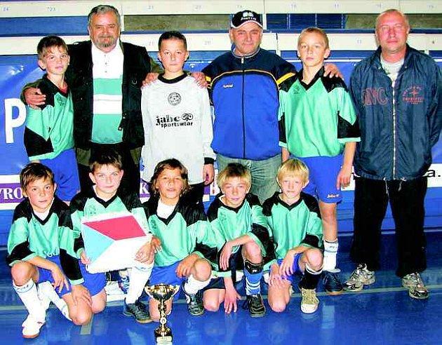 Vítězný tým ZŠ Školní s trenérem Janem Putnou (vpravo) a francouzskými hosty.