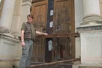 Revírník Lesů ČR Aleš Kryšpín ukazuje těžké železné traverzy, jenž mají mauzoleum ochránit před zloději.