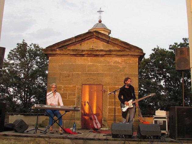 KIESLOWSKI festival zakončili při západu slunce za Sedlem. Výtěžek z dobrovolného vstupného poslouží pro financování oprav památek na Úštěcku.