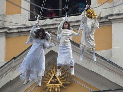 Slet andělů na vánočním jarmarku v Úštěku.