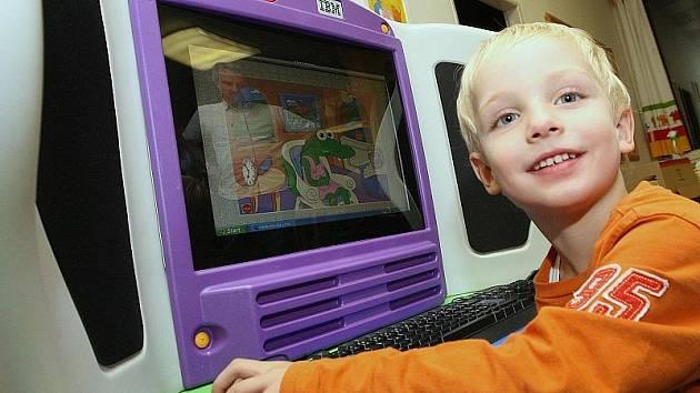 NOVINKA. V třebenické mateřské škole mohou děti od pondělí používat nové zařízení, které dostaly jako dar od renomované počítačové firmy IBM.