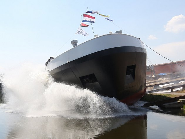 Po několika letech opět loděnice Barkmet ve Lhotce nad Labem slavnostně  spustila v úterý za velkého zájmu místních obyvatel na vodu vyrobený tanker.