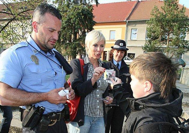 Kateřina Kornová s policisty převáděla děti.