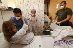 Zdravotní sestry z litoměřické nemocnice školí dobrovolníky. Kurz pořádá Český červený kříž