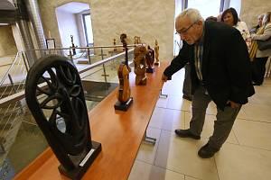 Tibor Kováč vystavuje v gotickém hradu dřevěné plastiky.