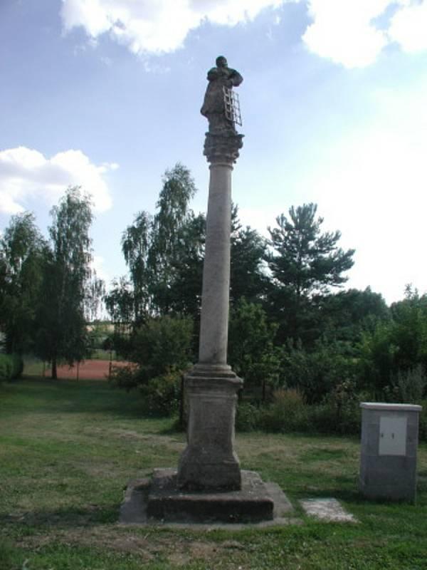 Ze sloupu a sochy svatého Vavřince v Chotiněvsi zbyl jen podstavec. Poté co do sloupu naboural řidič kamionu, musí zničená socha i sloup projít restaurováním. Snímek ukazuje původní stav před několika lety.