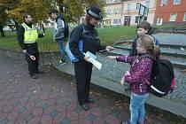 Třebeničtí žáci se před školou mohli setkat s policistkou z litoměřického oddělení tisku a prevence a novým místním strážníkem.