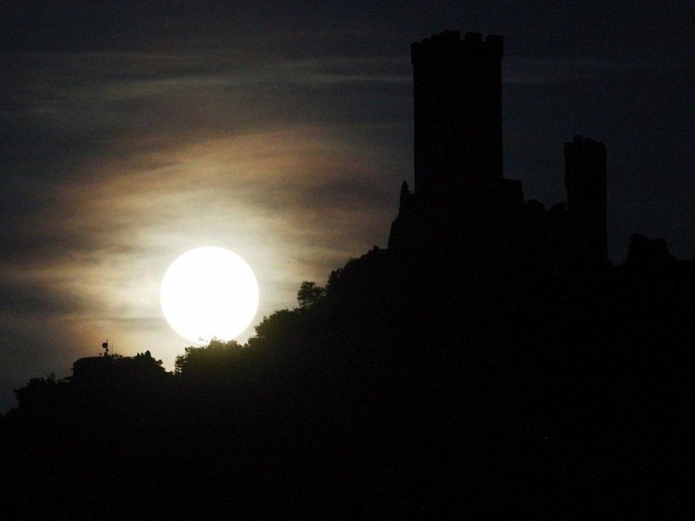 Měsíc, ilustrační foto.