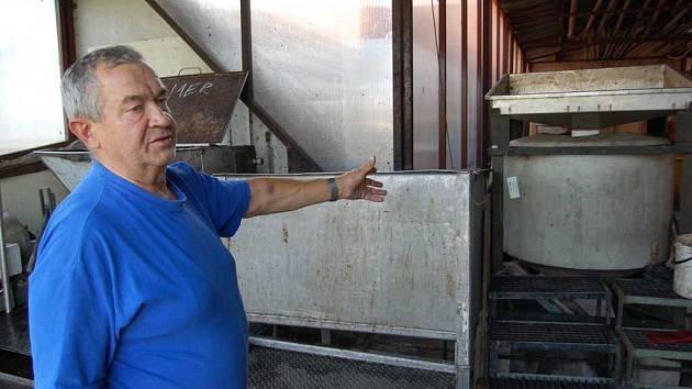 Majitel židovické palírny Josef Bajer ukazuje odpeckovač. Stroj, díky němuž by pálenka měla mít lepší chuť.