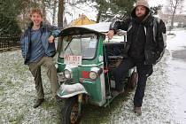 CÍL: HORNÍ ŘEPČICE. Cestu z Bangkoku jen na skútru a v zakoupeném tuk-tuku zvládli dobrodruzi Martin Měchura (vlevo) a Petr Petříček za 8 měsíců. Doma je čekala rodina, známí, ale i sníh.