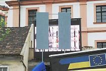 Zastínění nepovolené reklamní obrazovky u Tyršova mostu.