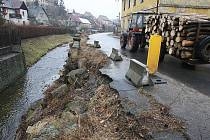 Rozbitá silnice v Úštěku.