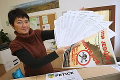 PETICE proti spalování kalů se podepisuje i v Lovosicích v informačním centru města.