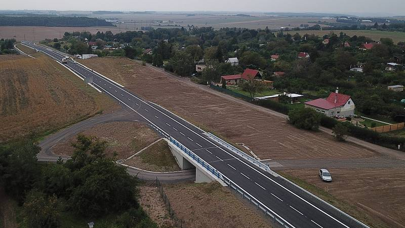 Nová část obchvatu v Roudnici nad Labem má městu ulevit od části tranzitní dopravy, zejména ve směru na Štětí a Mělník
