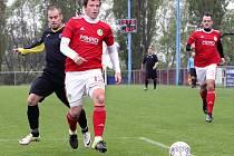 I. A třída. Chuderov (černí) za stálého deště porazil hosty z Bohušovic (červenobílí) 6:1. Fotbalisté Bohušovic ilustrační.