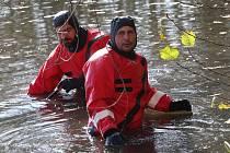 Pátrání potápěčů v zátoce pod zámkem po odcizených věcech.