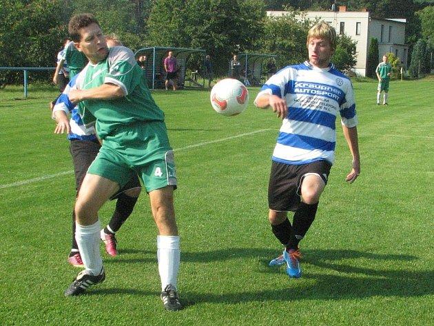 Z LIBOTENIC (v pruhovaném) si odvezli dva body fotbalisté Sokola Straškov.