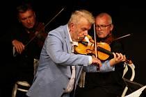 Festival Žhavé struny odstartoval v pátek v podvečer v divadle Karla Hynka Máchy v Litoměřicích.