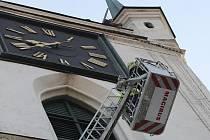 Demontáž nefunkčních svítících řetězů z věže kostela Všech svatých v Litoměřicích