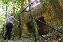 OPLOCENO. Zhruba dva metry vysoké pletivo nově brání vstupu do chátrající vily Pfaffenhof při cestě na Radobýl. Budova je soukromým majetkem, její nynější vlastník o ni však nejeví zájem. Oplotit ji proto z bezpečnostních důvodů nechalo samo město.