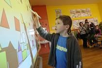 JEDNÍM Z DĚTÍ, které se dostavily k zápisu na Základní škole Havlíčkova v Litoměřicích, byl teprve pětiletý Jaromír Doubek z Litoměřic. Jak si vede, sledovala celá jeho rodina. Také Jára si ve třídě mohl vyzkoušet práci s interaktivní tabulí.
