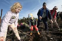 Mezi stovkami nadšenců, kteří vysazovali nový les v Lovečkovicích, byly nejen celebrity jako hokejisté Martin Škoula či Jiří Šlégr, ale také spoustu dětí.