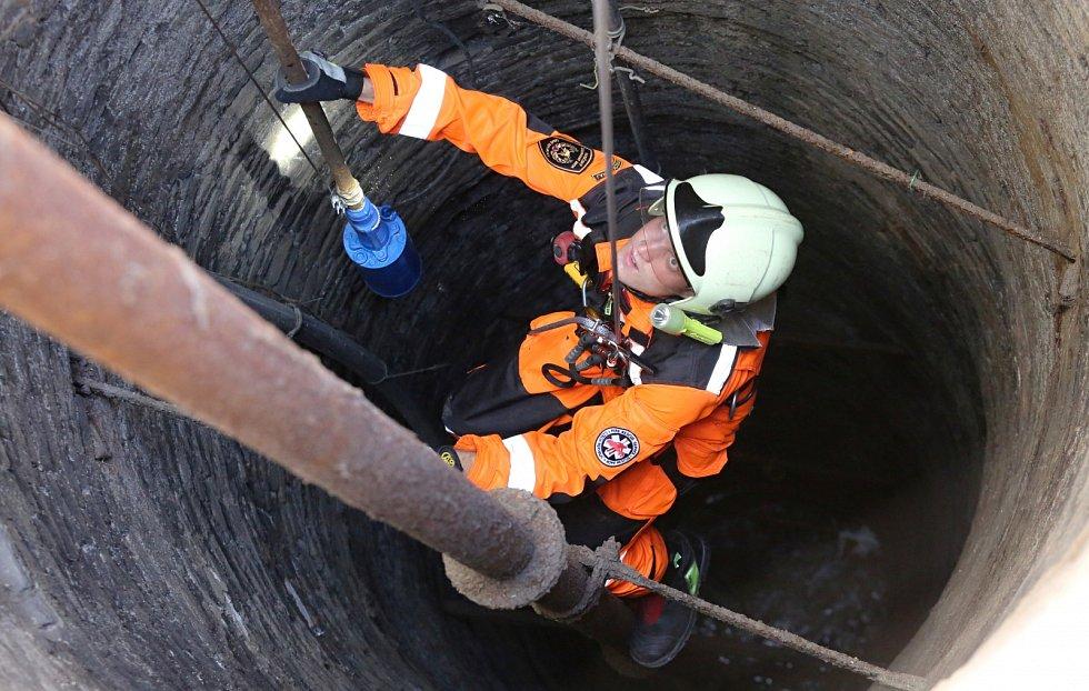 Hasiči opět slanili do studny na náměstí v Litoměřicích