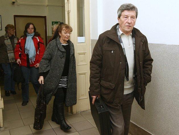 Bývalý starosta Lhotky Jaroslav Pošva přichází k soudu