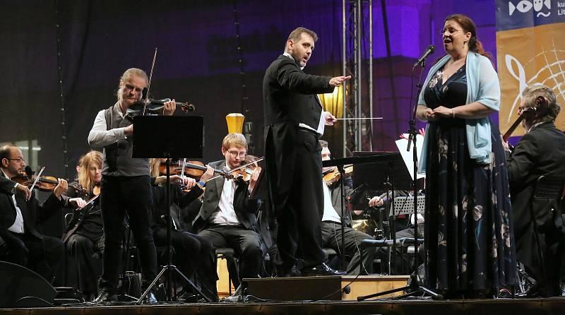 Nedělní večer na Mírovém náměstí v Litoměřicích patřil hudbě. Na Velkém letním koncertu, který pořádala městská kulturní zařízení, vystoupil jako hlavní hvězda houslový virtuóz Pavel Šporcl.