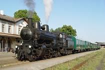 Společnost AŽD totiž vypraví na Švestkovou dráhu historickou soupravu taženou parní lokomotivou 354.7152, která má přezdívku Sedma.