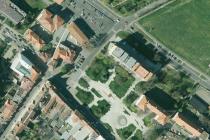 CENTRUM LOVOSIC. Radikálně se za posledních 13 let proměnil střed Lovosic. Poslední úpravou je přeměna parku v takzvané Zelené náměstí, předtím v místě vyrostl Penny market, budova nové radnice, dva bytové domy nebo rezidence Orbis. Vznikla Zámecká ulice.