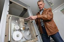 Vedoucí odboru životního prostředí Městského úřadu v Roudnici nad Labem Vladimír Drož představuje analyzátory a záznamové zařízení pro měření imisí oxidů dusíku a suspendovaných částic polétavého prachu.