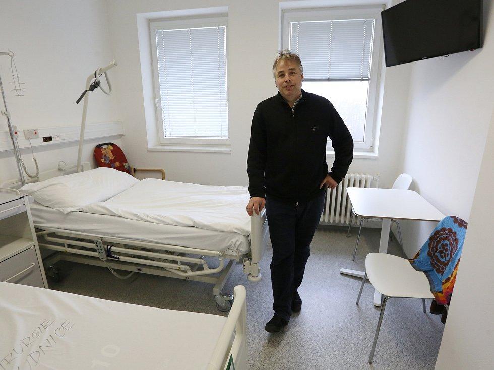 Ekonomický ředitel Podřipské nemocnice Tomáš Krajník ukazuje nové zrekonstruované oddělení LDN.