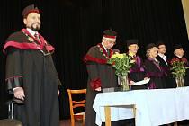 NĚKOLIK DESÍTEK STUDENTŮ naplnilo prostory terezínské Vysoké školy aplikované psychologie, kde se zahájil první ročník denního bakalářského studia.
