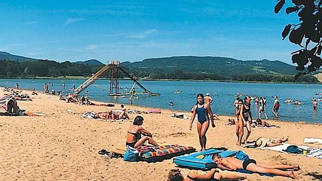 Pláž u jezera Chmelař v Úštěku.