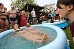 Lidé se koupou v bazénku s ledem na akci Allfest 2019 v Litoměřicích