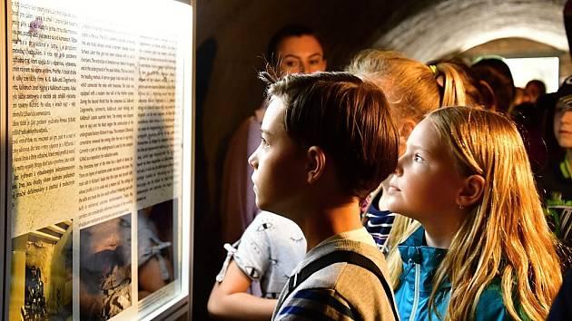 """Součástí zahájení turistické sezóny byla i pro školy zdarma zpřístupněná expozice """"Důl Richard v proměnách času"""" ve sklepních prostorách radnice."""