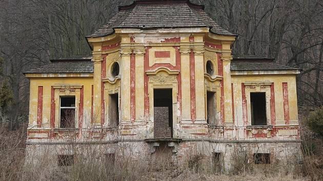 ARCHITEKTONICKY CENNÝ, bohatě zdobený zahradní pavilon v zámeckém parku v Milešově chátrá řadu let. Do památky skrze poničenou střechu zatéká, chybí okna i dveře, ze zdí odpadávají vzácné malby. Obec Velemín se snaží získat na opravu dotace.