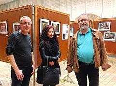 Litoměřická fotografka Magdalena Černá s fotografem Vincentem Schrickem (vlevo) a předsedou ALEi v Armentières Xavierem Torrezem (vpravo) chvíli před zahájením výstavy.
