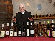 Biskup Jan Baxant požehnal Svatomartinské víno 2017 v degustační místnosti gotického hradu v Litoměřicích.