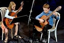 Na veřejné koncerty si mladí muzikanti  ZUŠ asi ještě delší dobu počkají, na snímku z loňska jsou kytaristé Anna Štětinová a Martin Dzivjak.